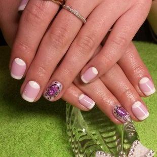 Красивые ногти френч с рисунком, лунный маникюр с френчем в бело-розовой гамме