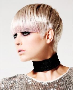Цвет волос перламутровый блондин на короткие волосы, короткая стрижка с длинной ровной челкой