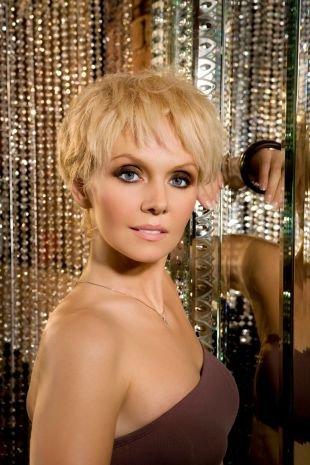 Цвет волос блонд, короткие стрижки для женщин после 40 лет - пышная укладка