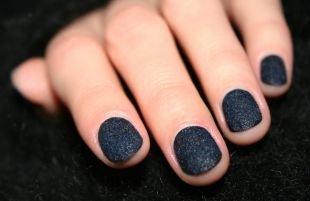 Маникюр на очень коротких ногтях, аккуратный черный бархатный маникюр