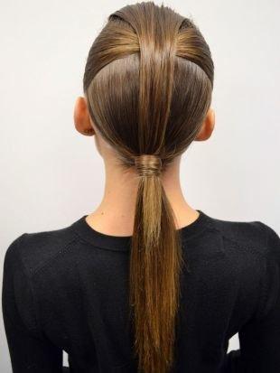 Натурально русый цвет волос на средние волосы, модная прическа на 1 сентября