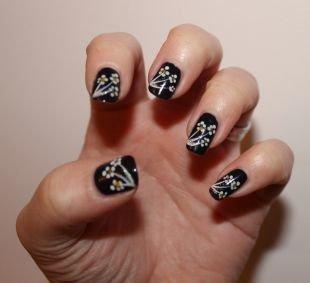 Рисунки на ногтях для начинающих, черный маникюр с белыми цветами