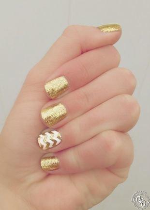 Двухцветный маникюр, маникюр на короткие ногти с золотистым лаком