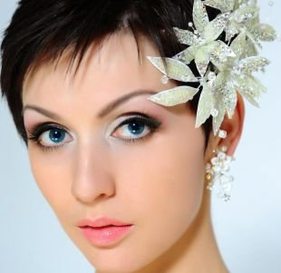 Шоколадный цвет волос, модная свадебная прическа на короткие волосы