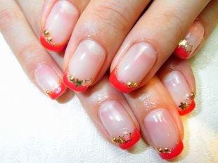 Красивый дизайн ногтей, красный френч с золотистой каемочкой и звездочками