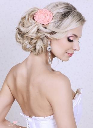 Цвет волос перламутровый блондин, свадебная прическа - локоны, собранные в пучок