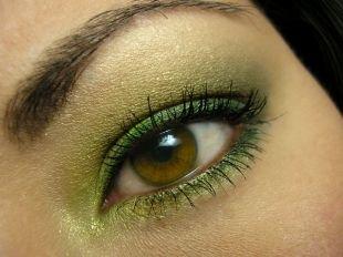 Яркий макияж для брюнеток, макияж для зеленых глаз в желто-зеленой гамме