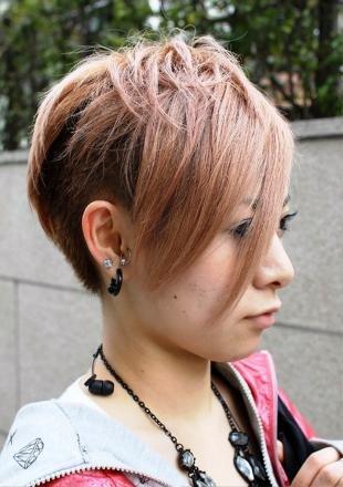 Стрижки и прически на короткие волосы, модная короткая стрижка с короткой макушкой и длинной челкой