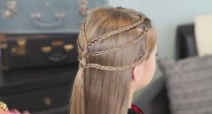 Мышиный цвет волос на длинные волосы, прическа с тремя косичками на распущенных волосах