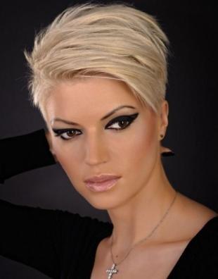 Перламутровый цвет волос, стильная короткая стрижка пикси