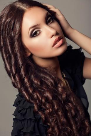 Шоколадный цвет волос, красиво накрученные волосы