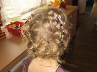 Стрижки и прически на средние волосы, праздничная прическа на выпускной в детский сад