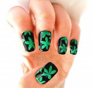 Дизайн ногтей, черный маникюр с зелеными листьями